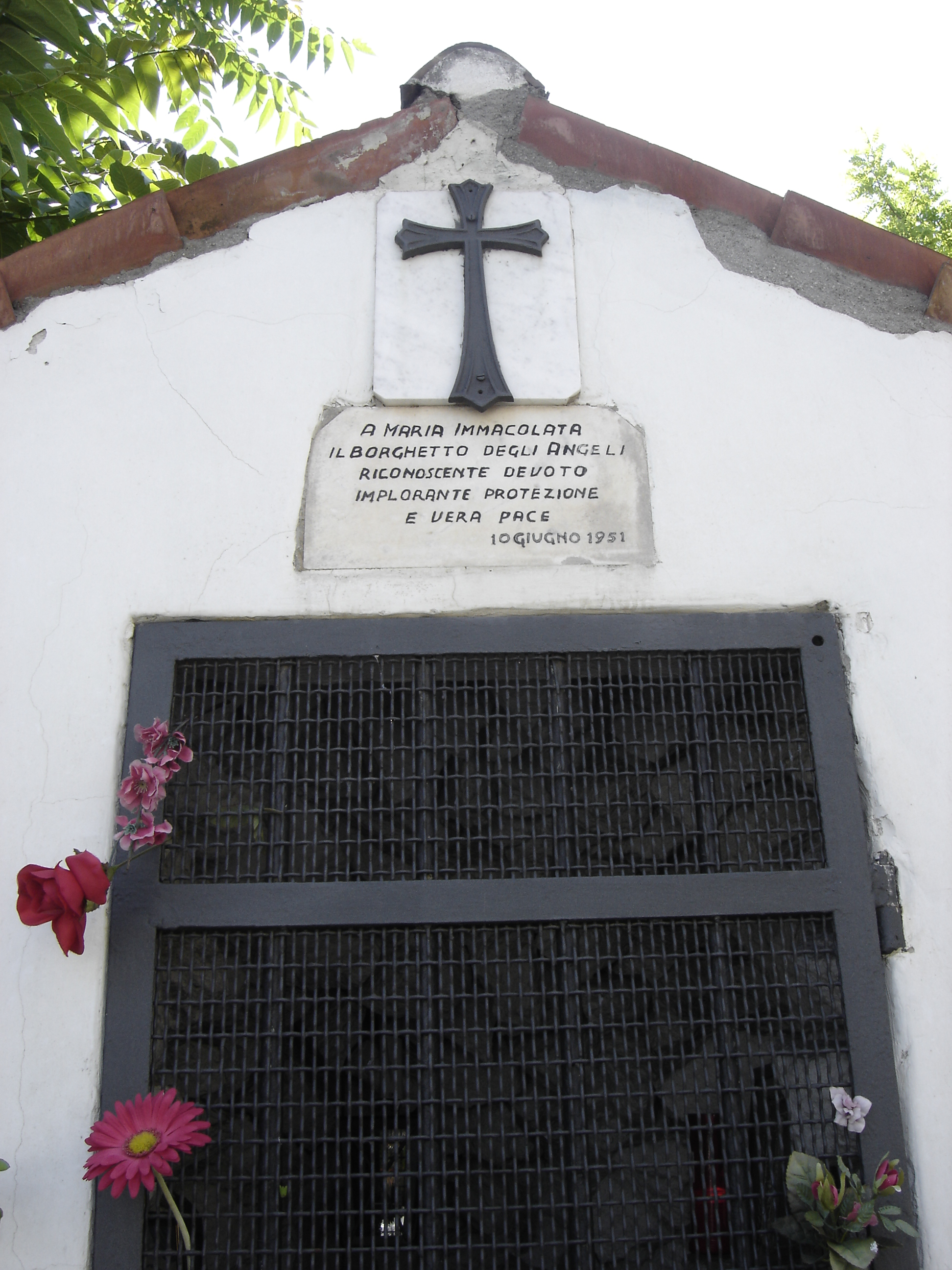 L'ingresso di Villa Certosa. L'edicola sacra della Madonna Immacolata