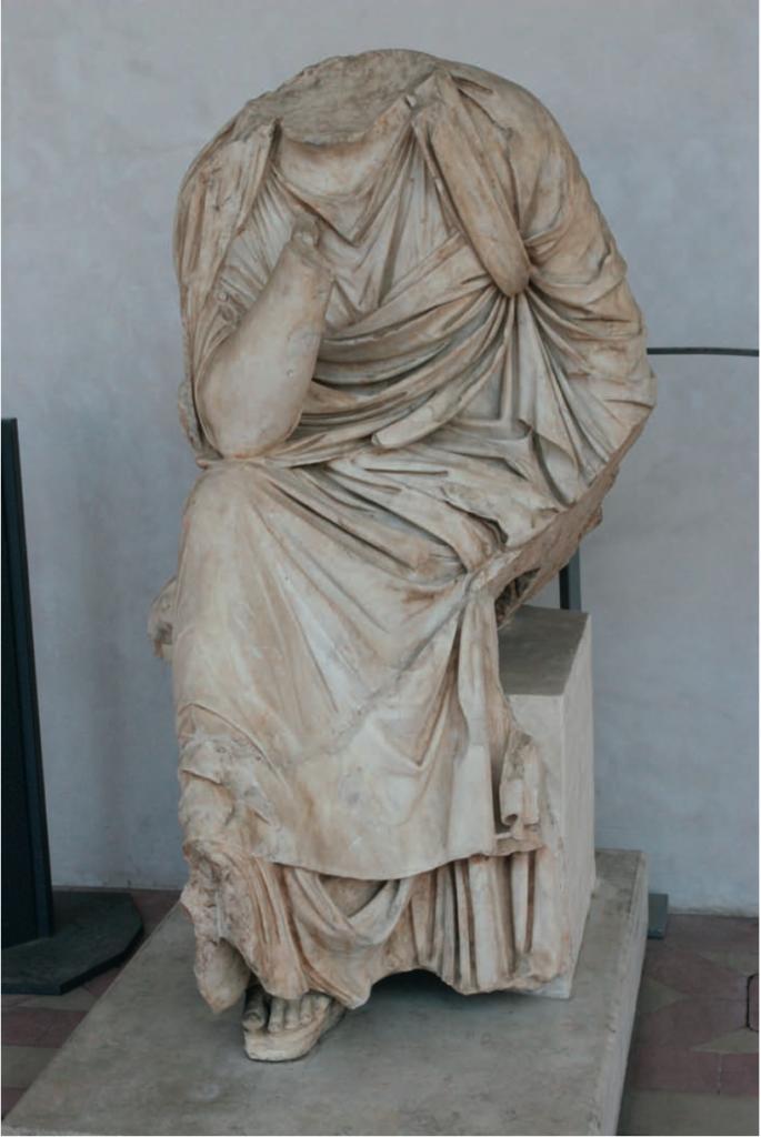 Statua marmorea rinvenuta nel sito, rappresentanteuna figura femminile seduta