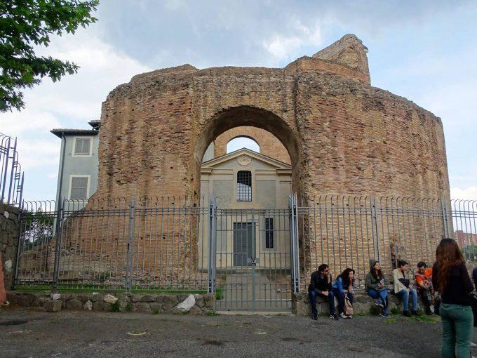 L'ingresso del Museo Ad Duas Lauros all'interno del Mausoleo