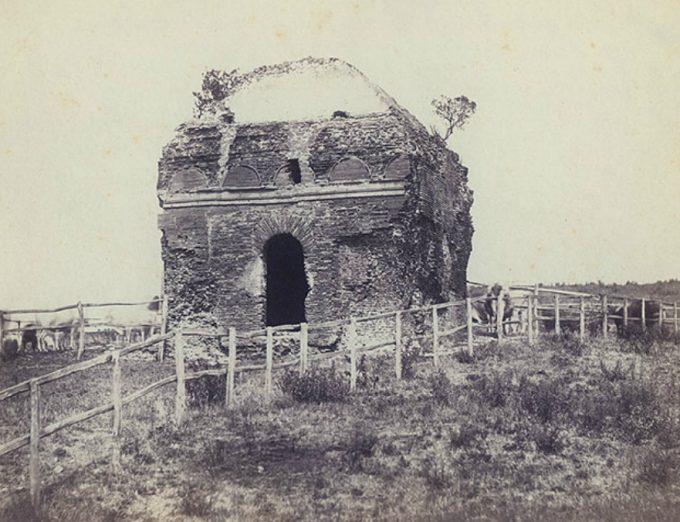 Il monumento come appariva nel 1877 (si nota l'assenza del tetto spiovente)