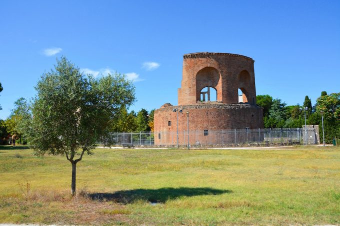 Il Mausoleo di Sant'Elena visto da Villa de Sanctis